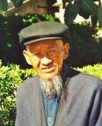 un vieux chinois qui sert de Guide
